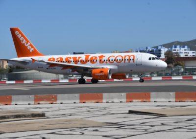 Großbritannien, Gibraltar, zwar ohne Linksverkehr, aber mit Ampelanlage am internationalen Airport. Hier startet eine Easy-Jet-Maschine und alle Fußgänger müssen warten.
