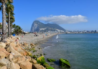 Spanien, Blick auf Gibraltar mit typischer Gipfelwolke
