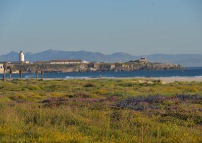 Spanien, Tarifa, Isla de las Palomas mit Fernblick auf den afrikanischen Kontinent