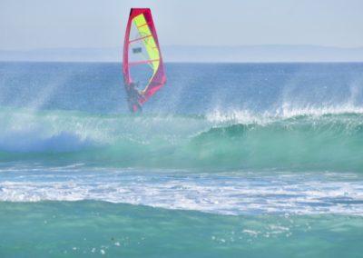 Spanien, Tarifa, Surfer im Atlantik